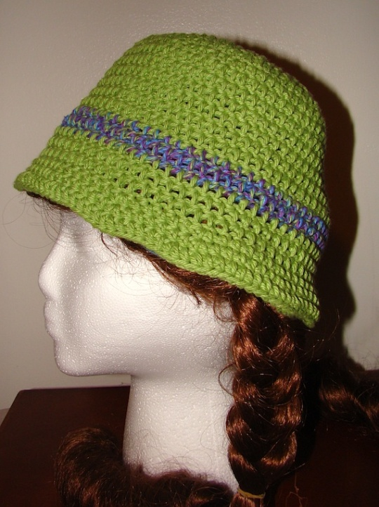 side view that does not have the flower of the green hat with purple stripe